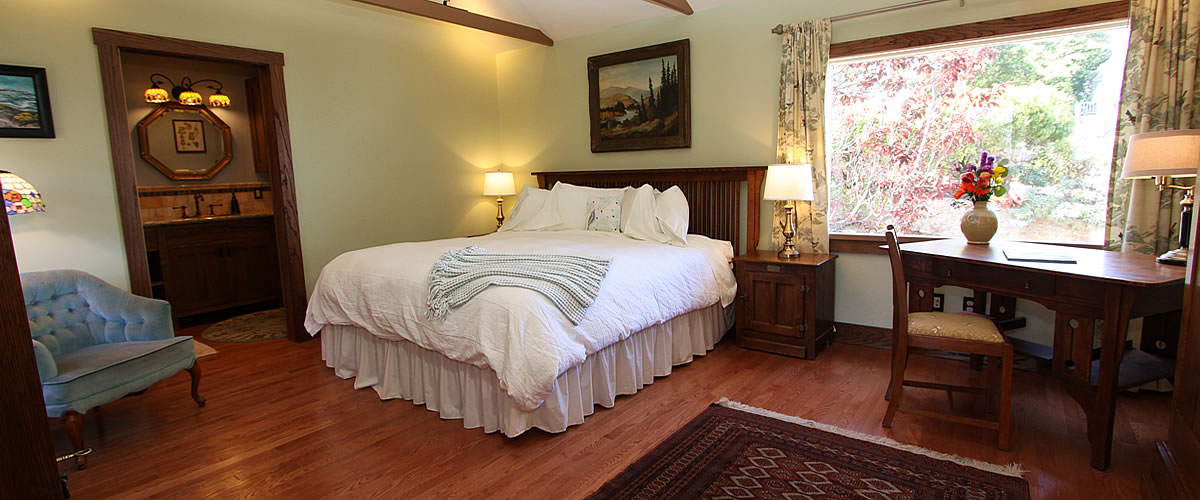 monterey bed and breakfast, tumtum tree cottage, bedroom with wood floors and desk